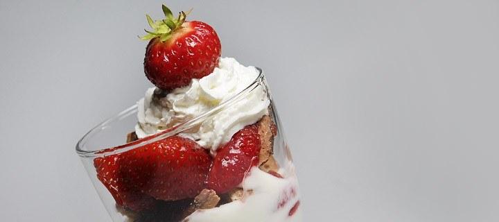 Yoghurt aardbeien coupe