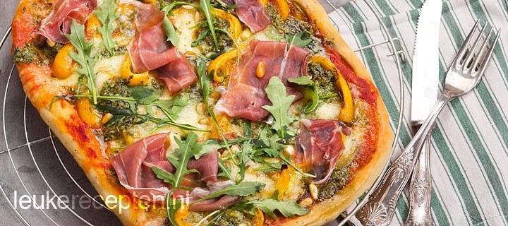 Plaatpizza met parmaham en pesto