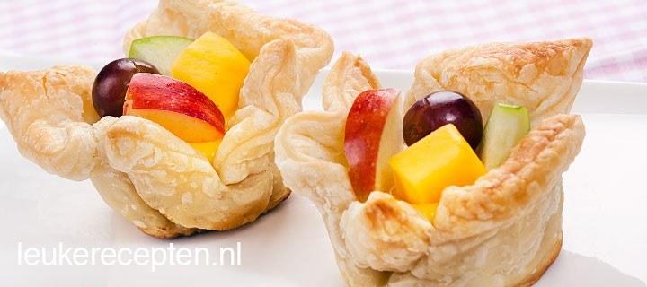 Fruitbakjes van bladerdeeg
