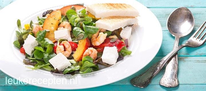 Zomerse maaltijdsalade met garnalen en feta