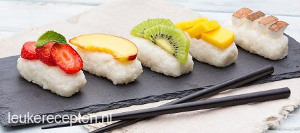 Dessert sushi met fruit