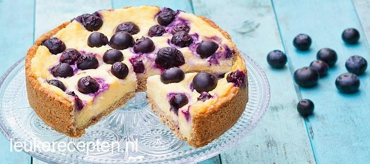 Taart met cheesecake en bessen