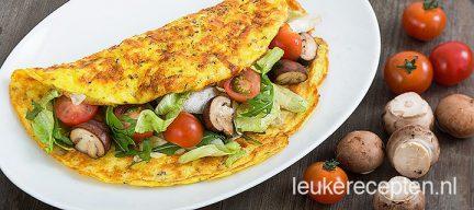 Omelet gevuld met salade