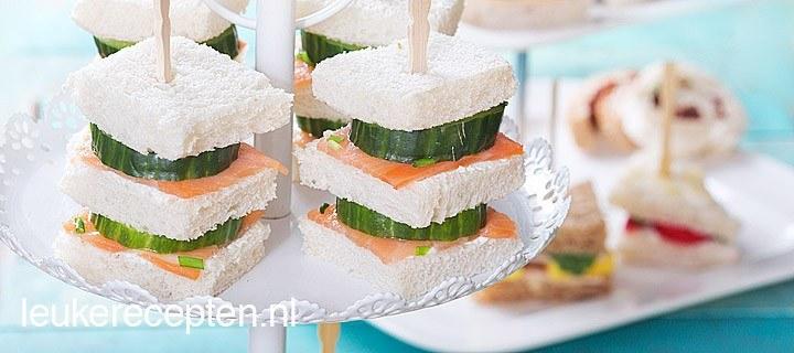 sandwiches met zalm en komkommer