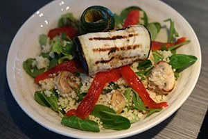 couscous salade met groente rolletjes 01