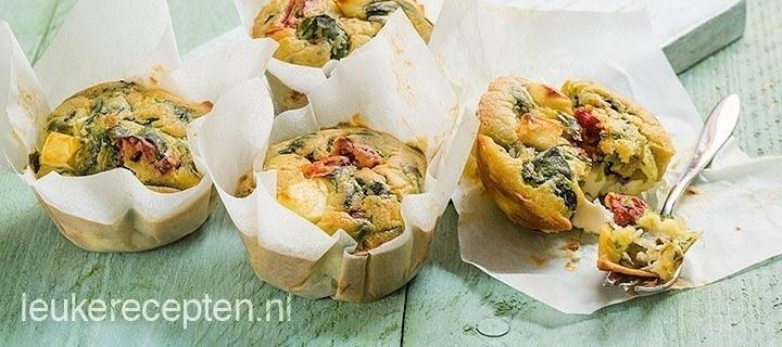 Muffins met spinazie en tomaat