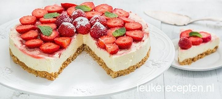 Panna cotta taart met aardbeien