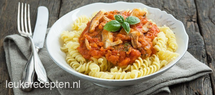 Pasta met verse tomatensaus en paddestoelen