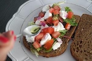 toast met tomaat en geitenkaas 01
