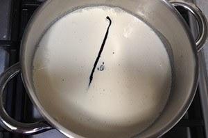 Paas-vanille-ijs-met-aardbeien
