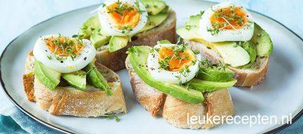 Broodjes met avocado en ei
