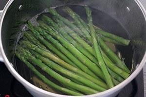 groene asperges van de BBQ 01