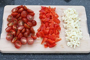 Salade met knoflookbrood en courgettespies 02