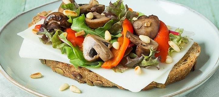 Lunchtip: toast met geitenkaas en knoflook champignons