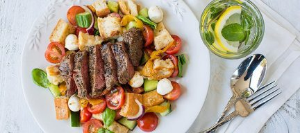 Zomerse panzanella met gemarineerde biefstuk