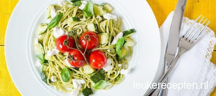Pasta met pesto en geroosterde tomaatjes