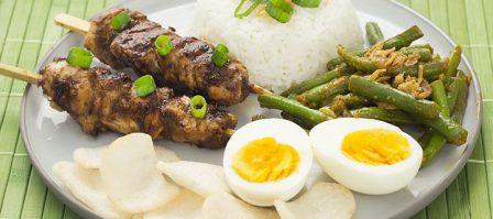 Makkelijke Balinese maaltijd met kipspiesjes