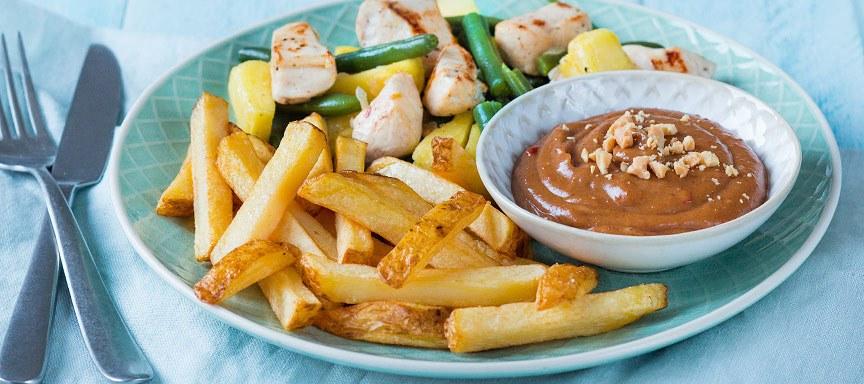 Kip met zelfgemaakte satésaus, boontjes en friet