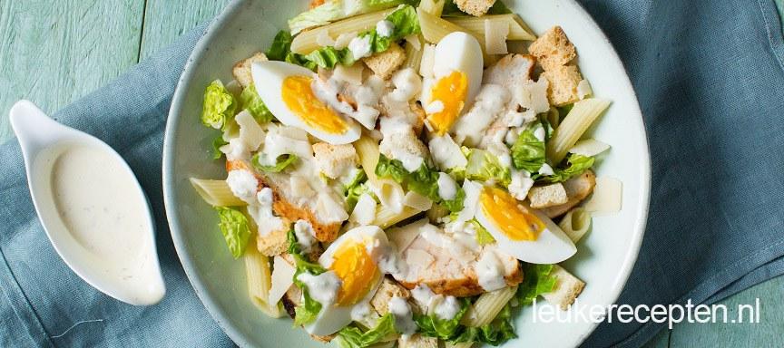 Caesar salade met pasta en kip