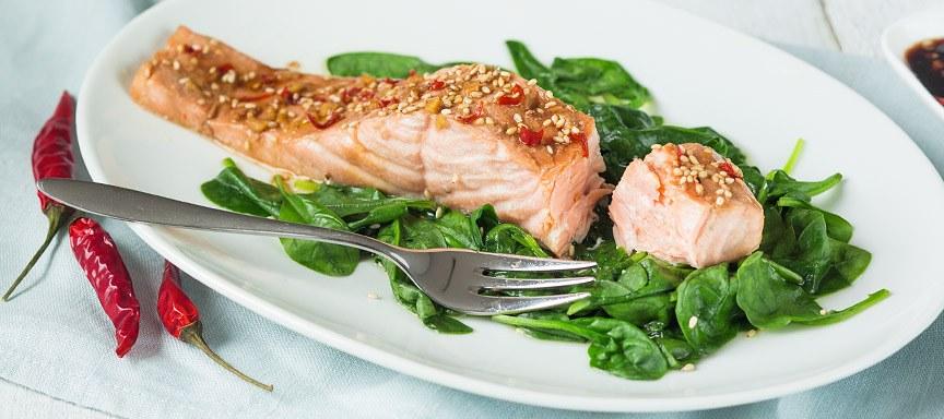 Stoomoven recept: Oosterse zalm met spinazie