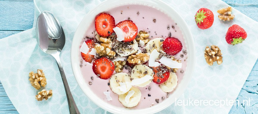 Smoothie bowl met banaan en aardbei