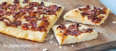 Focaccia met bacon en ui