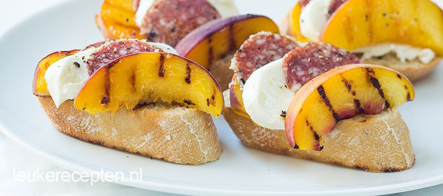 Crostini met perzik en salami