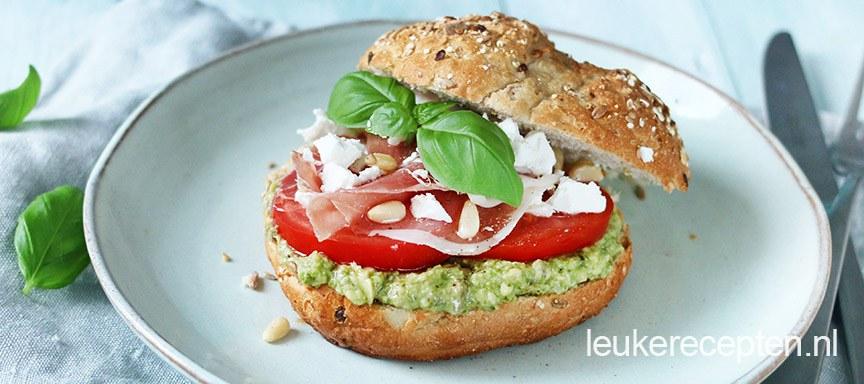 Broodje met avocado pesto