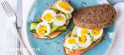 Sandwich met gerookte zalm met komkommer