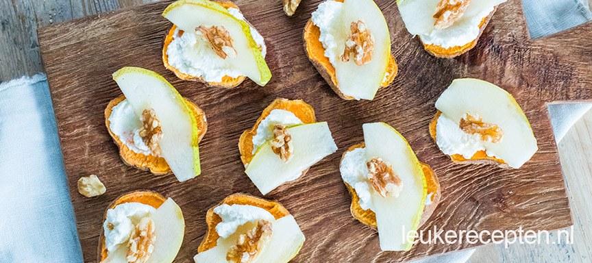 Zoete aardappel toastjes met ricotta en peer
