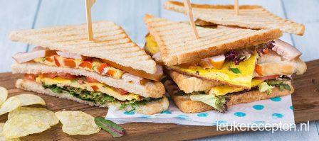 Club sandwich met omelet en gerookte kip