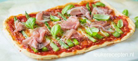 Pizza met groene asperges en parmaham