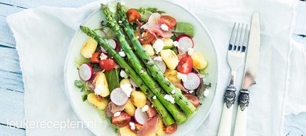 Salade met gnocchi en gegrilde groene asperges