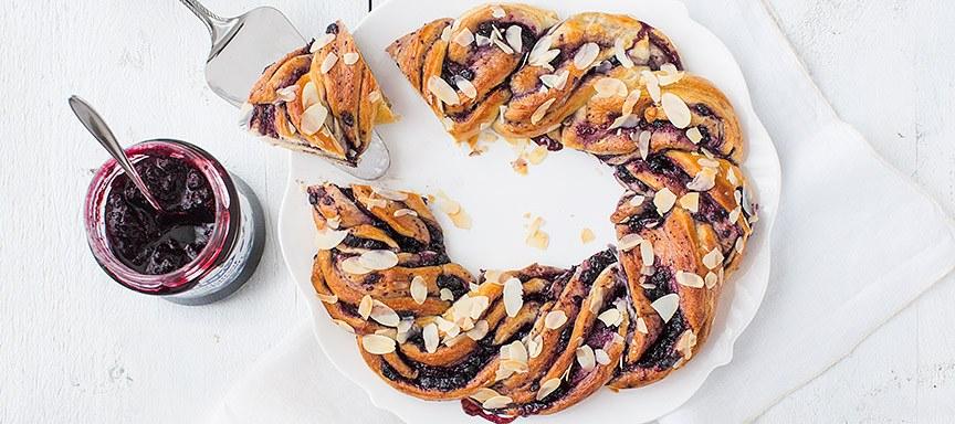 Paaslunch: croissantkrans met bosbessen jam