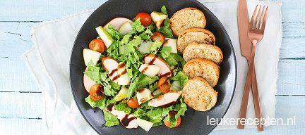 Frisse salade met gerookte kip en peer