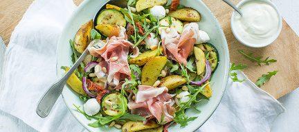 Lauwwarme maaltijdsalade met basilicum aardappeltjes