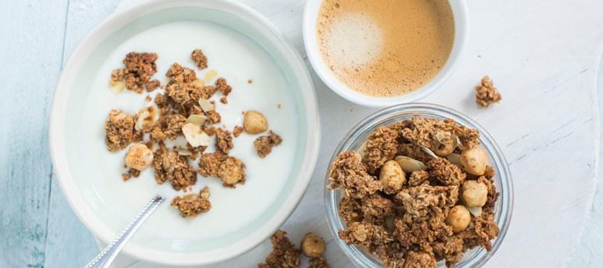 Zelfgemaakte granola met koffie