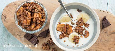 Zelfgemaakte granola met chocolade