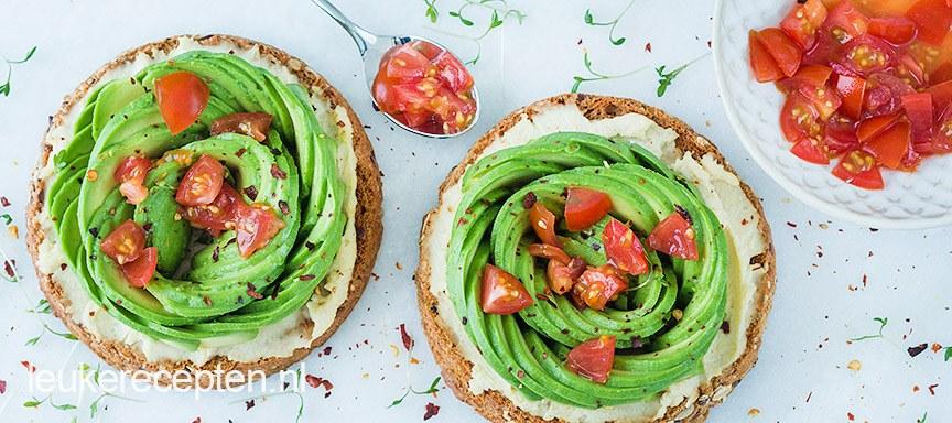 beschuit met hummus en avocado