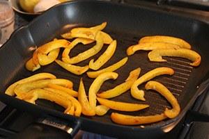 pastasalade-met-gerookte-zalm-en-gegrilde-groenten-stap-3.jpg