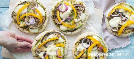 Vegetarische pita pizza met gegrilde groenten