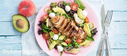 Frisse salade met gegrilde kip en perzik