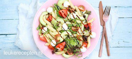 Pastasalade met aardbeien en avocado
