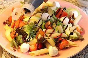 pastasalade-met-aardbeien-en-avocado-stap-3.jpg
