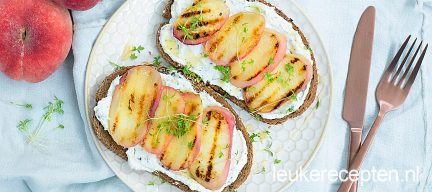 Toast met ricotta en gegrilde perzik
