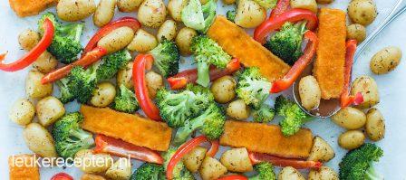 Vissticks van de bakplaat met groenten