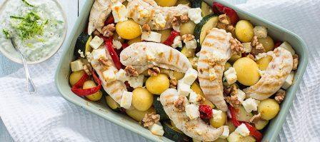 Griekse aardappelschotel met tzatziki