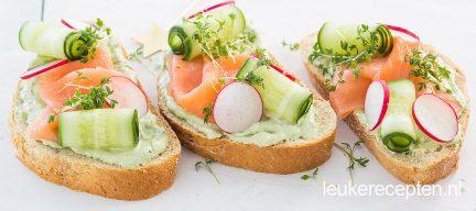 Toast met zalm en avocado spread