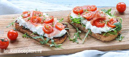 Frisse toast met Hüttenkäse en serranoham