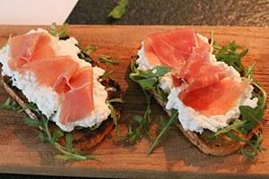 frisse-toast-met-huttenkase-en-serranoham-stap-2.jpg